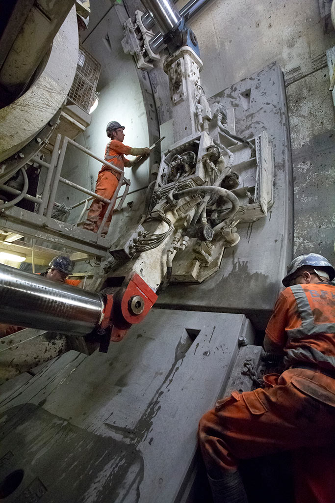 Segment erection in western tunnels